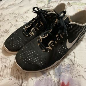 Nike women's black and white athletic shoes sz 10